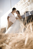 Junge schöne Paare, die draußen flirten lizenzfreie stockbilder
