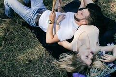 Junge schöne Paare, die im Wald stillstehen Stockfoto