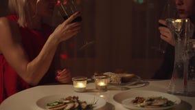 Junge schöne Paare, die romantisches zu Hause zu Abend essen stock video