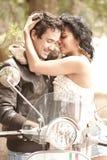 Junge schöne Paare, die Spaß haben lizenzfreie stockfotos