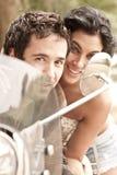 Junge schöne Paare, die Spaß mit Roller haben stockfotos