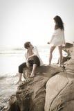 Junge schöne Paare, die Spaß am Strand haben Stockfotos