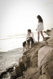 Junge schöne Paare, die Spaß am Strand haben Stockfotografie