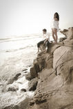 Junge schöne Paare, die Spaß am Strand haben Lizenzfreie Stockbilder