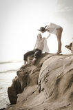 Junge schöne Paare, die Spaß am Strand haben Lizenzfreies Stockbild