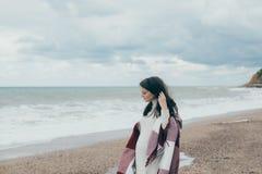 Junge schöne pragnant Frau, die nahe Meer am Strand aufwirft Lizenzfreie Stockfotografie