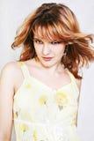 Junge schöne reizvolle Brunettefrau Stockfoto