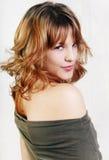 Junge schöne reizvolle Brunettefrau auf dem Weiß Lizenzfreie Stockfotografie