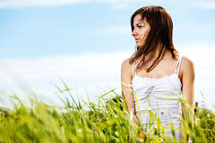 Junge schöne reizvolle Frau auf der Natur Lizenzfreie Stockfotografie