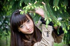 Junge schöne reizvolle Frau draußen Lizenzfreie Stockfotografie