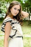 Junge schöne reizvolle Frau draußen Lizenzfreie Stockfotos