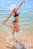 Junge schöne reizvolle gebräunte blonde Frau im Bikini Lizenzfreie Stockfotografie