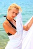 Junge schöne reizvolle gebräunte blonde Frau im Bikini Lizenzfreie Stockfotos
