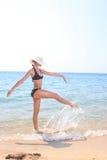 Junge schöne reizvolle gebräunte blonde Frau im Bikini Stockfoto