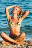 Junge schöne reizvolle gebräunte blonde Frau im Bikini Lizenzfreie Stockbilder