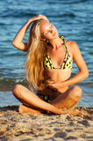 Junge schöne reizvolle gebräunte blonde Frau im Bikini Stockfotografie