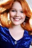 Junge schöne reizvolle rote Frau im blauen Kleid stockbilder