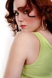Junge schöne reizvolle rote Frau im Denim Stockfotos