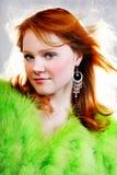 Junge schöne reizvolle rote Frau im Pelz lizenzfreie stockbilder