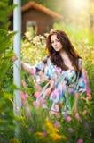 Junge schöne rote Haarfrau in der mehrfarbigen Bluse an einem sonnigen Tag Porträt der attraktiven langen Haarfrau in der Natur lizenzfreies stockbild