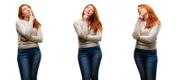 Junge schöne Rothaarigefrau über weißem Hintergrund lizenzfreies stockbild