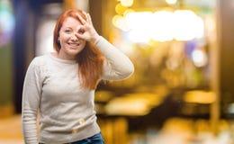 Junge schöne Rothaarigefrau über weißem Hintergrund lizenzfreie stockbilder