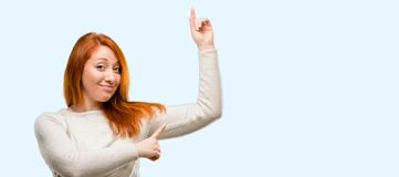 Junge schöne Rothaarigefrau lokalisiert über blauem Hintergrund lizenzfreies stockbild