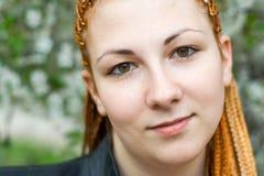 Junge schöne ruhige Frau mit afrikanischen Flechten Lizenzfreies Stockbild