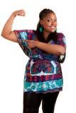 Junge schöne schwarze Frau, die ihren Muskel zeigt stockbilder