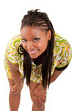 Junge schöne schwarze Frau, die oben schaut Stockfotos