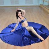 Junge schöne Bauchtänzerin im arabischen Kostümtanzen auf einem Boden Stockbilder