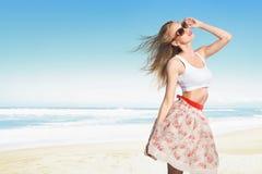 Junge schöne sexy Frau, die auf Strand aufwirft und das Meer betrachtet Lizenzfreies Stockfoto