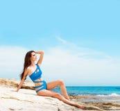 Junge, schöne, sportliche und sexy Frau im Badeanzug Lizenzfreies Stockbild