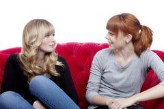 Junge schöne sprechende und sitzende Mädchen Stockbilder