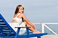Junge schöne stilvolle blonde Frau auf Seepier Lizenzfreie Stockfotografie