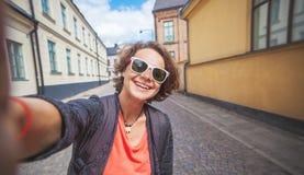 Junge schöne stilvolle Frau, die selfie am Handy mit tut Lizenzfreie Stockbilder