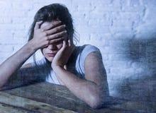 Junge schöne traurige und deprimierte schauende Frau vergeudete und frustrierte leidende Schmerz und Krise Lizenzfreie Stockbilder