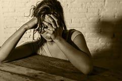 Junge schöne traurige und deprimierte schauende Frau vergeudete und frustrierte leidende Schmerz und Krise Lizenzfreies Stockfoto