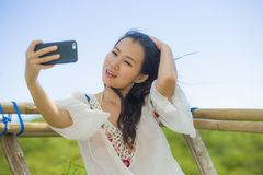 Junge schöne und glückliche asiatische koreanische oder chinesische touristische Frau 20s im Trachtenkleid, das selfie Selbstport lizenzfreies stockfoto