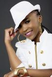 Junge schöne und lächelnde Afrikanerin-Aufstellung lizenzfreie stockbilder