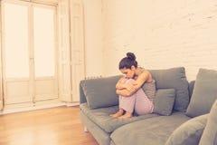 Junge schöne unglückliche Frau, die unter Krise leidet Stockfoto
