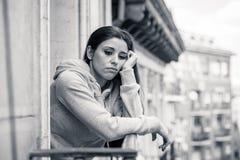 Junge schöne unglückliche Frau, die unter Krise leidet Stockbild