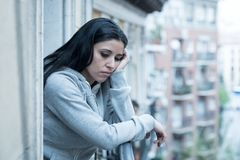 Junge schöne unglückliche Frau, die unter Krise leidet Stockfotografie
