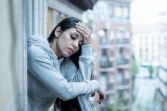 Junge schöne unglückliche Frau, die unter Krise leidet Lizenzfreies Stockbild