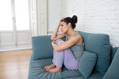 Junge schöne unglückliche Frau, die unter Krise leidet Stockbilder