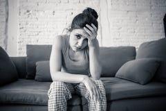 Junge schöne unglückliche Frau, die unter Krise leidet Lizenzfreie Stockfotos