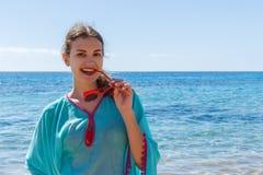 Junge schöne vorbildliche Entspannung auf einem Strand im Sommer lizenzfreie stockbilder