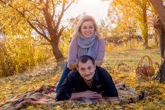 Junge schöne weiße marryed Paare, die auf einem Plaid liegen lizenzfreie stockfotos