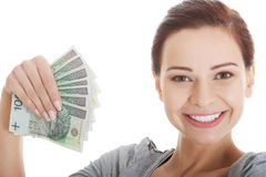 Junge schöne zufällige Frau, die hohen Geldbetrag hält. Stockfotos