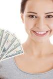 Junge schöne zufällige Frau, die hohen Geldbetrag hält. Lizenzfreie Stockfotos